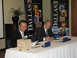 Hanyang University President Chong Yang Kim and UT Dallas President David E. Daniel sign a memorandum of understanding between their universities.