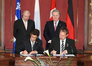 Photography: the signing of the cooperation agreement between the INO and BLZ. Upright on the left, the minister-president of the State of Bavaria, Dr. G�nther Beckstein; upright on the right, Quebec Premier, Mr. Jean Charest, as well as the signatories of the agreement, Dr. Michael Schmidt, managing director of the Bayerisches Laserzentrum GmbH (on the right) and Mr. Jean-Yves Roy, general president-director of the INO. (CNW Group/National Optics Institute (INO))