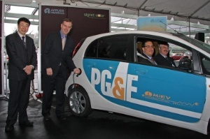 Applied Materials' Chief Technology Officer Mark Pinto (right) and Han Wenke, Director General of the Energy Research Institute of the National Development and Reform Commission (left) demonstrate an electric vehicle powered by solar energy. Passengers include Saul Zambrano, Director, Clean Air Transportation, Pacific Gas and Electric Company (left) and Hal LaFlash, Director, Emerging Clean Technology Policy, Pacific Gas and Electric Company (right).(Photo: Business Wire)