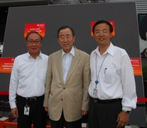 Ban Ki-moon, Secretary-General of the United Nations (center) stands in front of the world's largest thin film solar panel (5.7m2) manufactured by Applied Materials' SunFab production line during a visit to the company's SunFab Solar Module Reliability Testing facility on Saturday. Mr. Ban toured Applied Materials' state-of-the-art solar testing facility in Xi'an, China and met with executives including, Barry Quan the president of Applied Materials China Holding Company (left) and Gang Zou the general manager of Applied Materials Xi'an (right), to discuss the company's leadership in energy efficiency technologies that can help tackle climate change and help China accelerate its emission goals. (Photo: Business Wire)