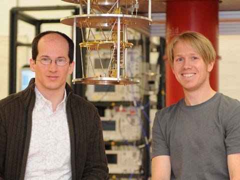 Andreas Wallraff and his postdoc Stefan Filipp in front of the equipment, with which they want to link electronic quantum mechanical systems with atomic quantum mechanical systems. (Image: P. Rüegg/ETH Zürich)