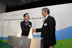 Mr. Patrick Thomas, CEO of Bayer MaterialScience, and Dr. Beh Swan Gin, Managing Director of the Singapore Economic Development Board, leading the official opening of the new Functional Films Centre in Singapore