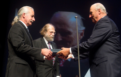 Majesty King Harald of Norway presents the Kavli Prize in Nanoscience. Left to right: Donald M. Eigler (IBM Almaden Research Center, San Jose , US); Nadrian C. Seeman (New York University, US); His Majesty King Harald. (Credit: Terje Bendiksby/Scanpix)