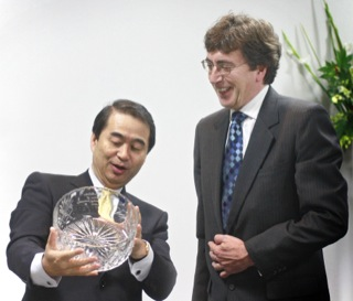 """Hisashi Ietsugu, President and CEO of Sysmex Corporation, and Paul Walker, Managing Director of Malvern Instruments, exchanged gifts during a celebration to mark the extension of Malvern's direct operations in Japan."""