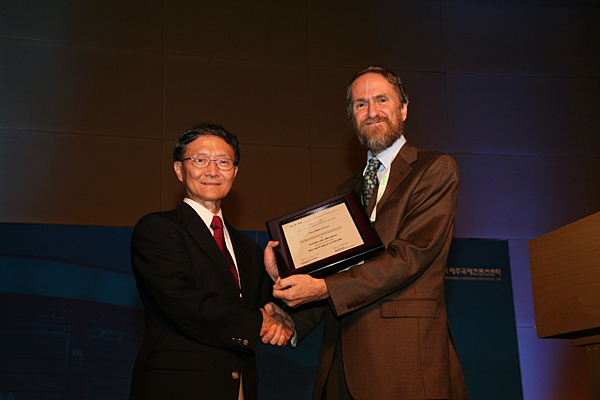 Tsu-Wei Chou, Pierre S. du Pont Chair of Engineering, left, accepts the World Fellow award from Michael Wisnom, president of the Executive Council of the International Committee on Composite Materials.