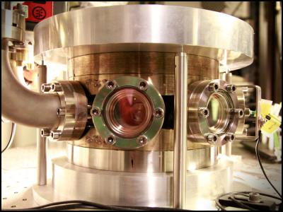 The experiments themselves are carried out in this vacuum chamber. When the laser light hits the membrane, some of the light is reflected and some is absorbed and leads to a small heating of the membrane. The reflected light is reflected back again via a mirror in the experiment so that the light flies back and forth in this space and forms optical resonator (cavity). Changing the distance between the membrane and the mirror leads to a complex and fascinating interplay between the movement of the membrane, the properties of the semiconductor and the optical resonances and you can control the system so as to cool the temperature of the membrane fluctuations.