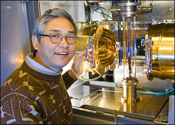 Genda Gu in Brookhaven�s crystal growth facility, working to produce high-temperature superconducting materials.