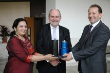 Prof. Rinti Banerjee from the Indian Institute of Technology (IIT) Bombay with Hon Steven Joyce, New Zealand's Science and Innovation Minister, and Hans van der Voorn from Izon Science.