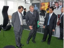 Dr. Phiraphan Phalusuk discussing with Prof. Krug of EMPA