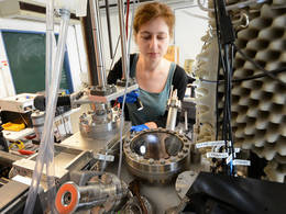 Alissa Wiengarten, PhD student at the TUM Department of Physics, heats a porphine powder in a vacuum chamber.Photo: Thorsten Naeser/Munich-Centre for Advanced Photonics