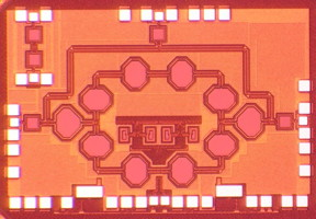 This is a chip microphotograph of the 25GHz fully-integrated non-reciprocal passive magnetic-free 45nm SOI CMOS circulator based on spatio-temporal conductivity modulation.