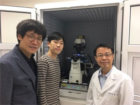 Professor Kyeong Kyu Kim with his graduate student, Mr Wanki Yoo, and lab manager, Dr Hyungchang Shin with their JPK NanoWizard® ULTRA Speed AFM at SKKU in Korea.