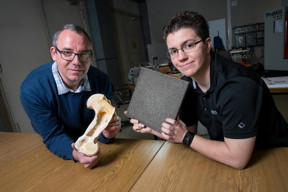 Taking inspiration from bones: Materials scientists Stefan Diebels (l.) and Anne Jung can customize their lightweight and strong metal foams for a wide range of applications.